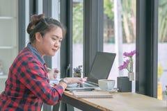关闭工作在咖啡店的商人 免版税图库摄影