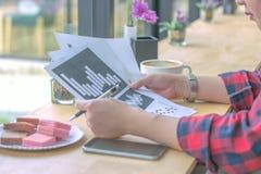 关闭工作在咖啡店的商人 免版税库存照片