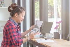 关闭工作在咖啡店的女商人 图库摄影