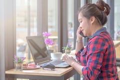 关闭工作在咖啡店的女商人 免版税库存图片