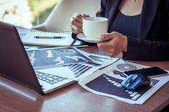关闭工作在咖啡店的女实业家 免版税库存照片