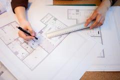 关闭工作在图纸的建筑师 免版税图库摄影