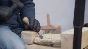 关闭工匠的手雕刻与蛾眉凿在工作凳的手上在木匠业方面 股票录像
