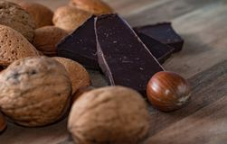 关闭巧克力被分类的坚果和pices在一个木选项的 免版税图库摄影