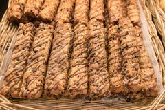 关闭巧克力饼或面包条在柳条筐 免版税库存照片
