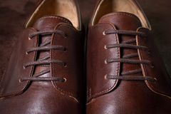 关闭布朗皮革人鞋子 免版税图库摄影