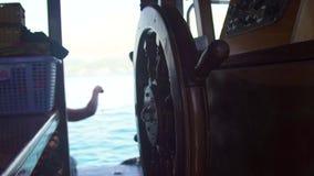 关闭帆船方向盘在上尉桥梁的在蓝色海风景 帆船指点wheeel在海 股票录像