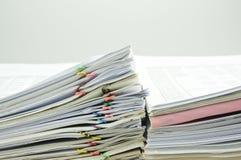 关闭帐户的堆文件在墙壁的边 免版税图库摄影