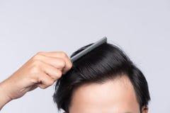 关闭干净的健康人` s头发照片  年轻人梳子他的h 库存图片