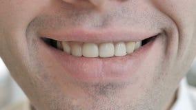 关闭年轻人的微笑的嘴唇 影视素材