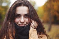 关闭年轻俏丽微笑的妇女佩带被编织的画象 库存照片
