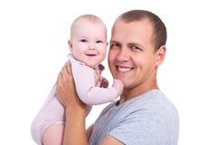 关闭年轻父亲画象有在whi隔绝的女婴的 库存照片