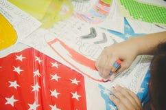 关闭幼儿园孩子画 免版税库存照片