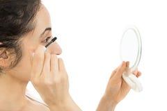 关闭应用染睫毛油的妇女 免版税库存图片