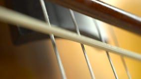 关闭弓接触在大提琴仪器的串 股票录像