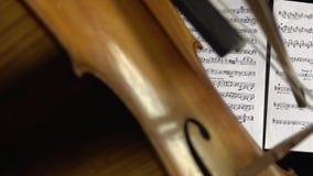 关闭弓接触在大提琴的串 股票录像