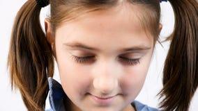 关闭张开她的眼睛的幼儿女孩对照相机 股票视频