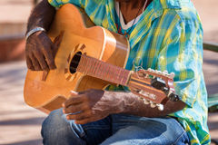 关闭弹一把吉他的街道音乐家在特立尼达古巴 免版税库存图片