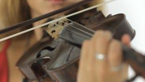 关闭弹小提琴的美丽的女孩 股票录像