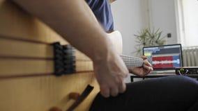 关闭弹电吉他的音乐家在家庭音乐演播室 影视素材