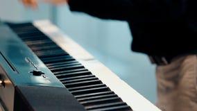 关闭弹钢琴的射击人 股票视频