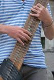 关闭弹12被串起的吉他的一个人 免版税图库摄影