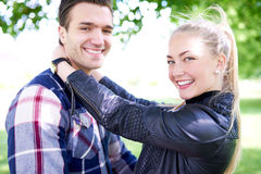 关闭微笑对照相机的甜年轻夫妇 图库摄影
