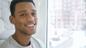 关闭微笑对照相机的美国黑人的年轻人 影视素材