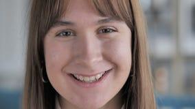 关闭微笑的偶然少女面孔 股票录像