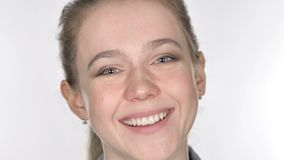 关闭微笑的偶然年轻女人面孔,白色背景 股票录像