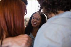 关闭微笑的朋友挤作一团 免版税库存照片