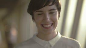 关闭微笑的年轻人慢动作画象  影视素材