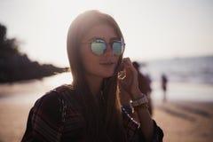 关闭快乐的白肤金发的行家海滩画象  夏天海滩的与太阳镜,行家女孩样式野生女孩 免版税库存照片