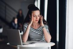 关闭思考与闭合的眼睛的美丽的妇女画象 有吸引力女性放松从与膝上型计算机一起使用 免版税库存图片