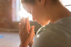 关闭思考在瑜伽演播室的妇女 免版税库存照片