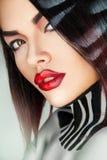 关闭性感的时装模特儿画象在演播室 免版税库存照片