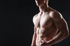 关闭性感的男性胸腔 免版税图库摄影