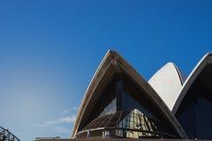 关闭悉尼歌剧院的前面在蓝色清楚的天空的, i 库存图片