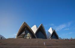 关闭悉尼歌剧院的前面在蓝色清楚的天空的, i 免版税库存图片