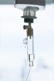关闭患者和注入泵浦的食盐水滴水在h 免版税图库摄影