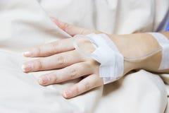 关闭患者的盐IV滴水在医院 免版税库存图片