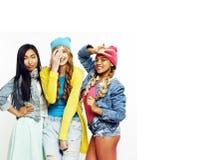 关闭愉快的微笑的不同的国家女孩小组,少年frien 免版税库存图片