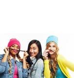 关闭愉快的微笑的不同的国家女孩小组,少年frien 图库摄影
