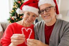 关闭愉快的资深夫妇在圣诞节 免版税库存图片