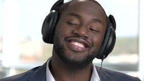 关闭愉快的非洲人的面孔有耳机的 股票视频