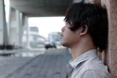 关闭感觉沮丧的被注重的年轻亚裔的商人的面孔失望 失业的商人概念 免版税图库摄影