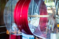 关闭慢速古色古香的与Thre红色的轮子松捻大麻制成的绳索  免版税库存照片