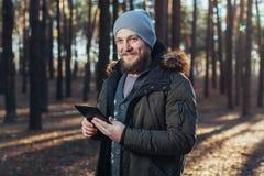 关闭成年男性远足者画象使用数字式选项的和寻找地点在远足期间本质上 库存图片