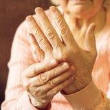 关闭成熟妇女手 给的医疗保健,老人院 祖母父母亲爱  老与年龄有关的疾病 免版税库存图片