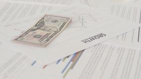 关闭成长曲线图和美元在书桌上 影视素材